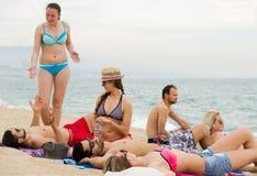 Povos que tomam sol na praia Fotos de Stock