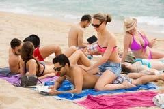 Povos que tomam sol na praia Imagem de Stock Royalty Free
