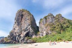 Povos que tomam sol na praia de Phra Nang foto de stock royalty free