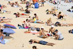 Povos que tomam sol na praia em agradável, França Foto de Stock