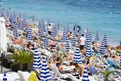 Povos que tomam sol na praia em agradável, França Fotografia de Stock Royalty Free