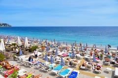 Povos que tomam sol na praia em agradável, França Imagem de Stock