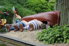 Povos que tomam uma sesta sob as bonecas do barco da atração de Epidemais Croisiere no parque Asterix, Ile de France, França Fotografia de Stock Royalty Free