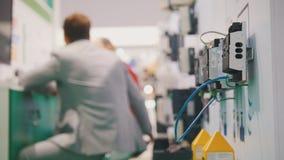Povos que trabalham na sala da indústria da alto-tecnologia perto dos equipamentos eletrônicos Imagens de Stock Royalty Free