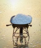 Povos que trabalham no campo de sal no verão foto de stock royalty free