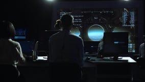 Povos que trabalham no centro do controlo da missão fotografia de stock
