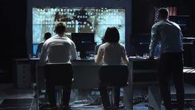 Povos que trabalham no centro do controlo da missão Elementos desta imagem fornecidos pela NASA filme
