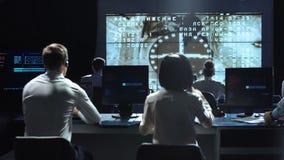 Povos que trabalham no centro do controlo da missão Elementos desta imagem fornecidos pela NASA vídeos de arquivo