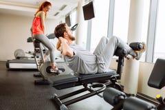 Povos que treinam no gym fotografia de stock
