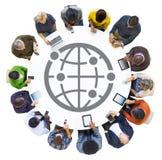 Povos que usam dispositivos de Digitas com símbolo do mundo ilustração do vetor