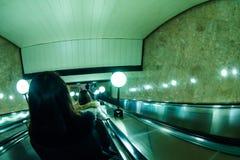 Povos que vão abaixo de uma estação de metro fotografia de stock