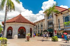Povos que veem a cruz de Magellans, cidade de Cebu, Filipinas Fotografia de Stock Royalty Free