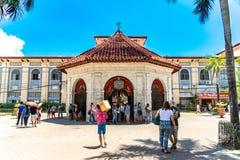 Povos que veem a cruz de Magellans, cidade de Cebu, Filipinas foto de stock