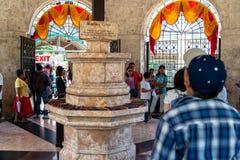Povos que veem a cruz de Magellans, cidade de Cebu, Filipinas fotos de stock
