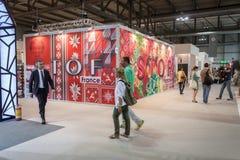Povos que visitam HOMI, mostra internacional da casa em Milão, Itália Imagem de Stock