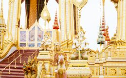 Povos que visitam no crematório real para a cremação real de seu rei Bhumibol Adulyadej Bangkok da majestade fotos de stock