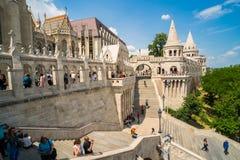 Povos que visitam o bastião do ` s do pescador em Budapest, Hungria Imagem de Stock Royalty Free