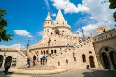 Povos que visitam o bastião do ` s do pescador em Budapest, Hungria Fotos de Stock