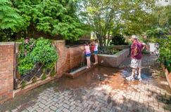 Povos que visitam o jardim botânico de Chicago, Glencoe, EUA imagem de stock royalty free