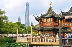 Povos que visitam o jardim famoso de Yu em Shanghai China fotografia de stock