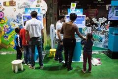 Povos que visitam o suporte de Nintendo em G! vem o giocare em Milão, Itália Imagem de Stock Royalty Free