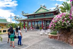 Povos que visitam o templo da taoista, cidade de Cebu, Filipinas Fotos de Stock Royalty Free