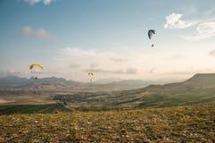 Povos que voam em paragliders Imagem de Stock Royalty Free