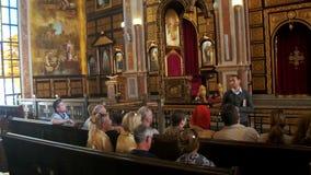 Povos religiosos e o padre em Christian Church filme