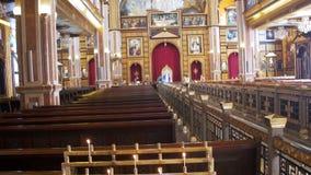 Povos religiosos e o padre em Christian Church video estoque