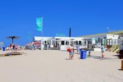 Povos, restaurante e terraço na praia, Países Baixos Imagem de Stock