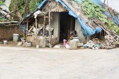 Povos rurais não identificados na frente de sua casa na vila, uma cena rural indiana fotografia de stock royalty free