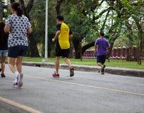 Povos saudáveis do estilo de vida que correm na aptidão e nos pés ativos saudáveis do estilo de vida na estrada Imagens de Stock Royalty Free