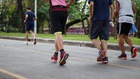 Povos saudáveis do estilo de vida que correm na aptidão e nos pés ativos saudáveis do estilo de vida na estrada Fotos de Stock