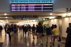 Povos sem calças que chegam na estação da união durante Fotos de Stock Royalty Free