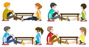 Povos sem cara que sentam-se através de se Foto de Stock Royalty Free