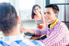 Povos start-up criativos asiáticos que discutem Imagens de Stock Royalty Free