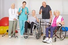 Povos superiores e enfermeira que mantêm os polegares Foto de Stock