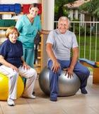Povos superiores na bola do gym Imagem de Stock Royalty Free