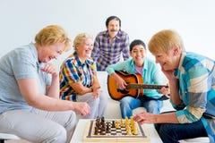 Povos superiores que jogam jogos de mesa Imagem de Stock Royalty Free
