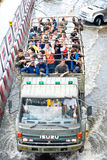 Povos tailandeses da ajuda do exército, Banguecoque que inunda 2011 Foto de Stock