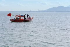 Povos tailandeses e barcos de pesca no mar de Tailândia Fotografia de Stock