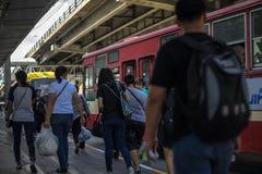 Povos tailandeses não identificados que esperam na parada do ônibus em Banguecoque Foto de Stock