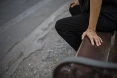 Povos tailandeses não identificados que esperam na parada do ônibus em Banguecoque Foto de Stock Royalty Free