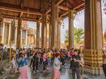 Povos tailandeses ou turista Unacquainted que andam no templo grande do phrakaew do palácio e do wat na cidade Tailândia de Bangu imagem de stock royalty free