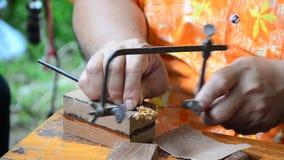 Povos tailandeses que cinzelam a figura de madeira da arte tailandesa tradicional em Samutprakarn, Tailândia video estoque