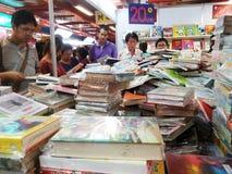 Povos tailandeses que escolhem o livro na feira de livro Fotografia de Stock Royalty Free