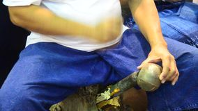 Povos tailandeses que trabalham dispositivos de bronze feitos do metal video estoque