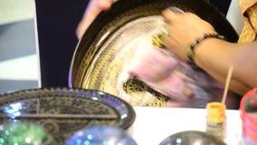 Povos tailandeses que trabalham Lacquerware feito vídeos de arquivo