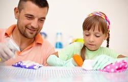 Povos, trabalhos domésticos, tarefas domésticas e conceito de família Imagens de Stock