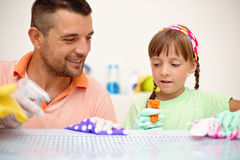 Povos, trabalhos domésticos, tarefas domésticas e conceito de família Foto de Stock Royalty Free